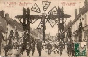 CPA - Saulieu (Côte-d'Or) - Fêtes d'Aviation des 11 et 12 Août 1912 - Défilé des sociétés rue de la Foire