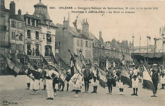 CPA - Orléans (Loiret) - Concours National de Gymnastique - 30 Juin et 1er Juillet 1912 - Hommage à Jeanne-d'Arc - Le Salut au drapeau