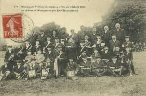CPA - Ernée (Mayenne) - Musique de St-Denis-de-Gastines - Fête du 18 Août 1912 au château de Montguéret près Ernée