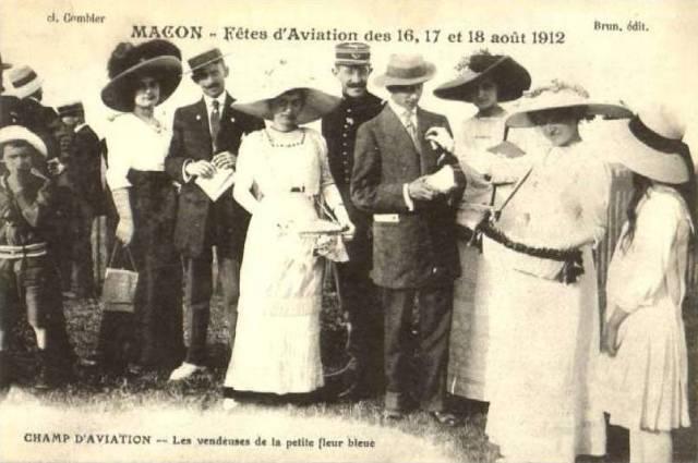 CPA - Mâcon (Saône-et-Loire) - Fêtes d'Aviation des 16, 17 et 18 août 1912 - Champ d'Aviation - Les vendeuses de la petite fleur bleue