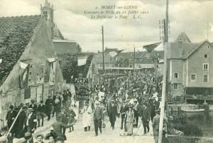 CPA - Moret-sur-Loing (Seine-et-Marne) - Concours de Pêche du 21 Juillet 1912 - Le Défile sur le Pont