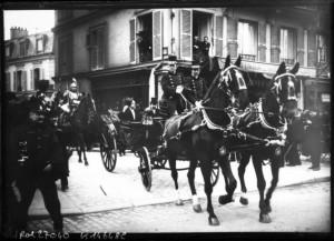 18 février 1913 : transmission des pouvoirs entre les présidents Fallières et Poincaré - Poincaré et A. Briand dans un landau escorté d'un escadron du 1er régiment de cuirassiers