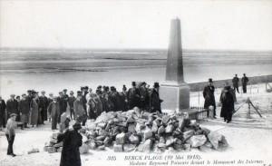 Carte Postale Ancienne - Berck (Pas-de-Calais) - 19 mai 1913 - Madame Raymond Poincaré devant le Monument des Internes
