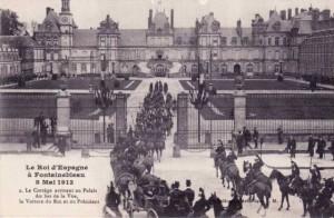Carte Postale Ancienne - Fontainebleau (Seine-et-Marne) - Le Roi d'Espagne à Fontainebleau - 8 Mai 1913 - Le Cortège arrivant au Palais