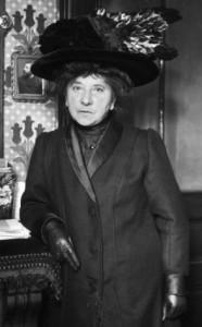 Hubertine AUCLERT (1848-1914), militante féministe, notamment en faveur du droit de vote des femmes - photographiée en 1910