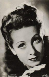 née le 1er mai à Bordeaux (33) - DARRIEUX Danielle Yvonne Marie Antoinette, actrice et chanteuse | Studios Harcourt