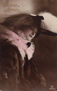 Carte Postale Ancienne - Bonne Année - jeune femme élégante - écrite en 1917